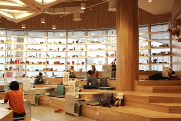图6_清迈购物中心里的办公空间camp