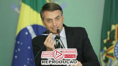 Presidente Jair Bolsonaro mostra a caneta em cerimônia de assinatura da flexibilização do posse de armas em 15/01/2018 (Ueslei Marcelino/Reuters)