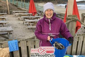 Vovó de 70 anos passa o ano tirando o lixo de 52 praias 80