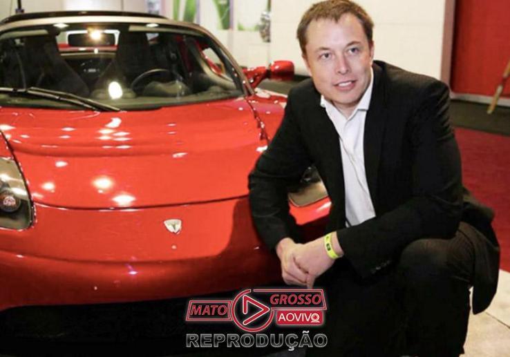Elon Musk com carro da Tesla - Foto: divulgação