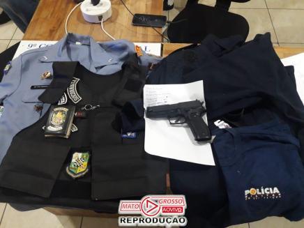 Junto com as mercadorias roubadas, foram encontrados um simulacro de arma de fogo e roupas de uso exclusivo da Polícia Militar de Mato Grosso.