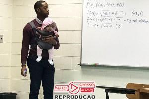 Professor segura bebê de aluno durante aula e viraliza 80