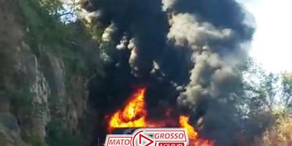 Acidente violento com explosões entre carretas interrompe trecho entre Rondonópolis e Cuiabá 44