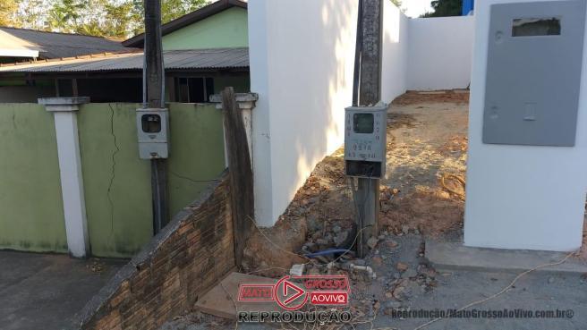 Estranha ligação elétrica detectada durante a inauguração do posto de saúde.