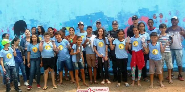Ação inédita da PM em Alta Floresta surpreende alunos que pintavam muros pichados de escola 39