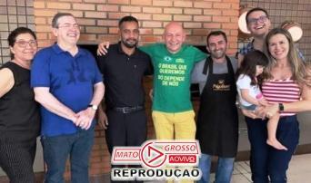Em um almoço de negócios com a família Sierra, o empresário não esconde a alegria de estar investindo no município.