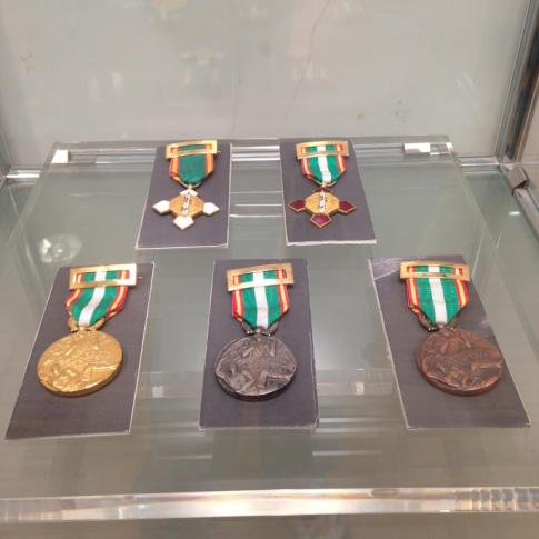 Diversas medallas del Cuerpo Nacional de Policia