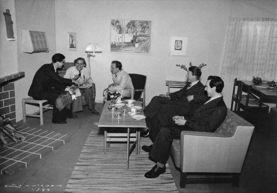 Fra SHKS elevutstilling i 1943 der elever fra forskjellige fagklasser gikk sammen om å lage utstyr til et hus på 98 kvadratmeter. Sittende i midten er Birger Dahl i svogeren Gunnar Sørlies stol. Til høyre i bakgrunn er Birger Dahls spisestuemøblement.