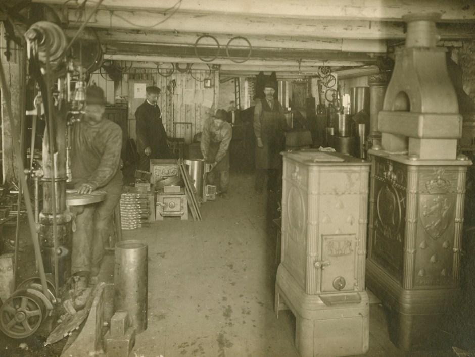 Interiør fra montasjeavdelingen der man satte sammen Henrik Bulls Kongeovn. Ca. 1905/06. (Foto: Jøtul)