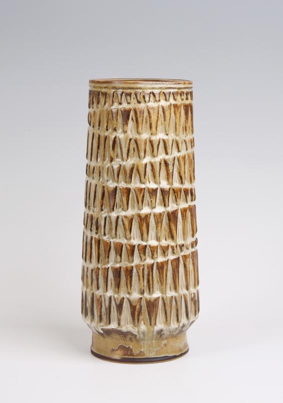 Erik Pløen. Vase. Steingods. Relieffdekor. Eget verksted. Ca. 1958. H. 32. (Foto: Mats Linder)