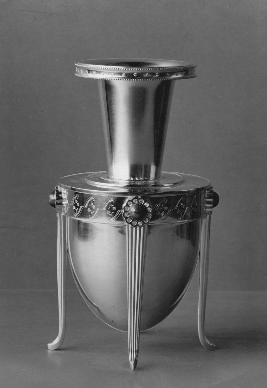 Guttorm Gagnes. Vase. Sølv og speilemalje. Utført ved David-Andersen. Ca. 1930. (Foto: Mats Linder)