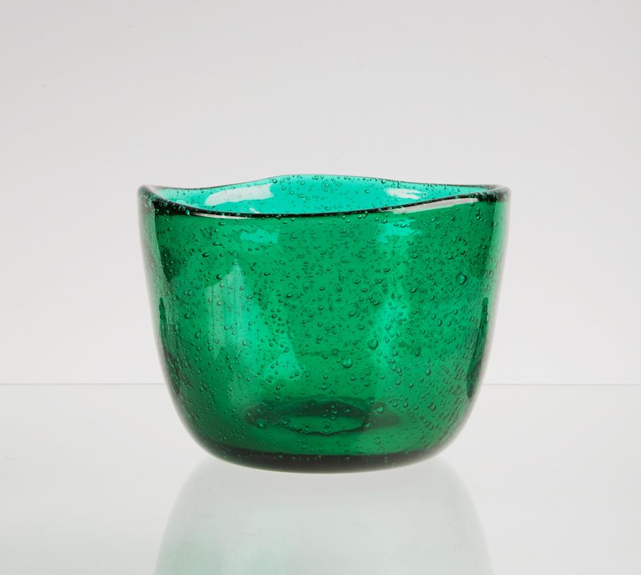Arne Jon Jutrem. Fat. Kunstglass. Modell: Grønland. Utført ved Hadeland Glassverk. I serieproduksjon fra 1954. Grønlandserien ble tildelt gullmedalje på Triennalen i Milano 1954. (Foto: Mats Linder)