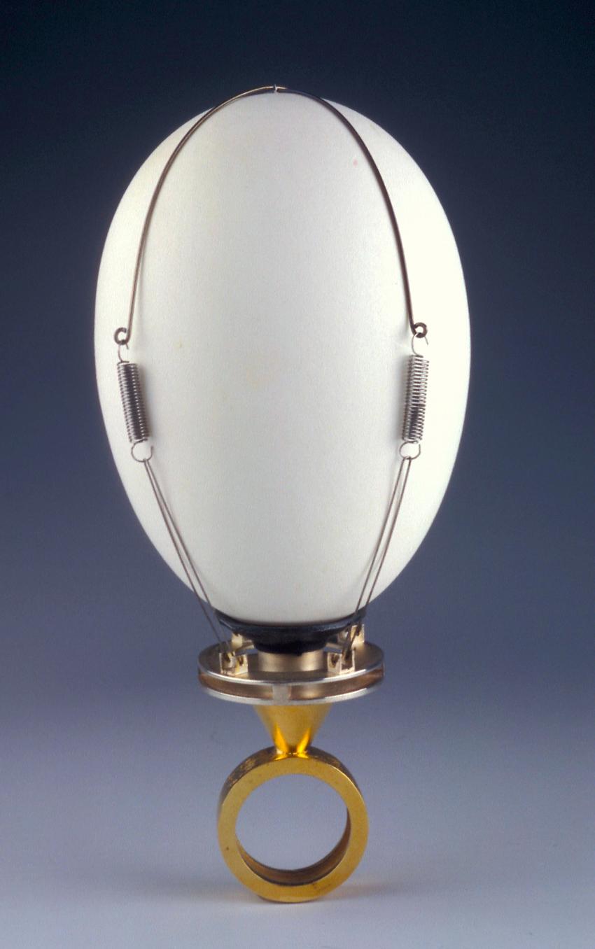 Sigurd Bronger. Ring. Egg Ring. Stål, sølvforgylt, sølv, gummi og egg. Eget verksted. Utført i 1997. (Foto: Sigurd Bronger)