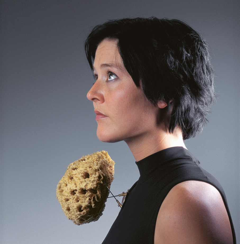 Sigurd Bronger. Brosje. Wearable Device for a Natural Sponge. Gullplettert messing, stål og natursvamp. Eget verksted. Utført i 1998. (Foto: Sigurd Bronger)