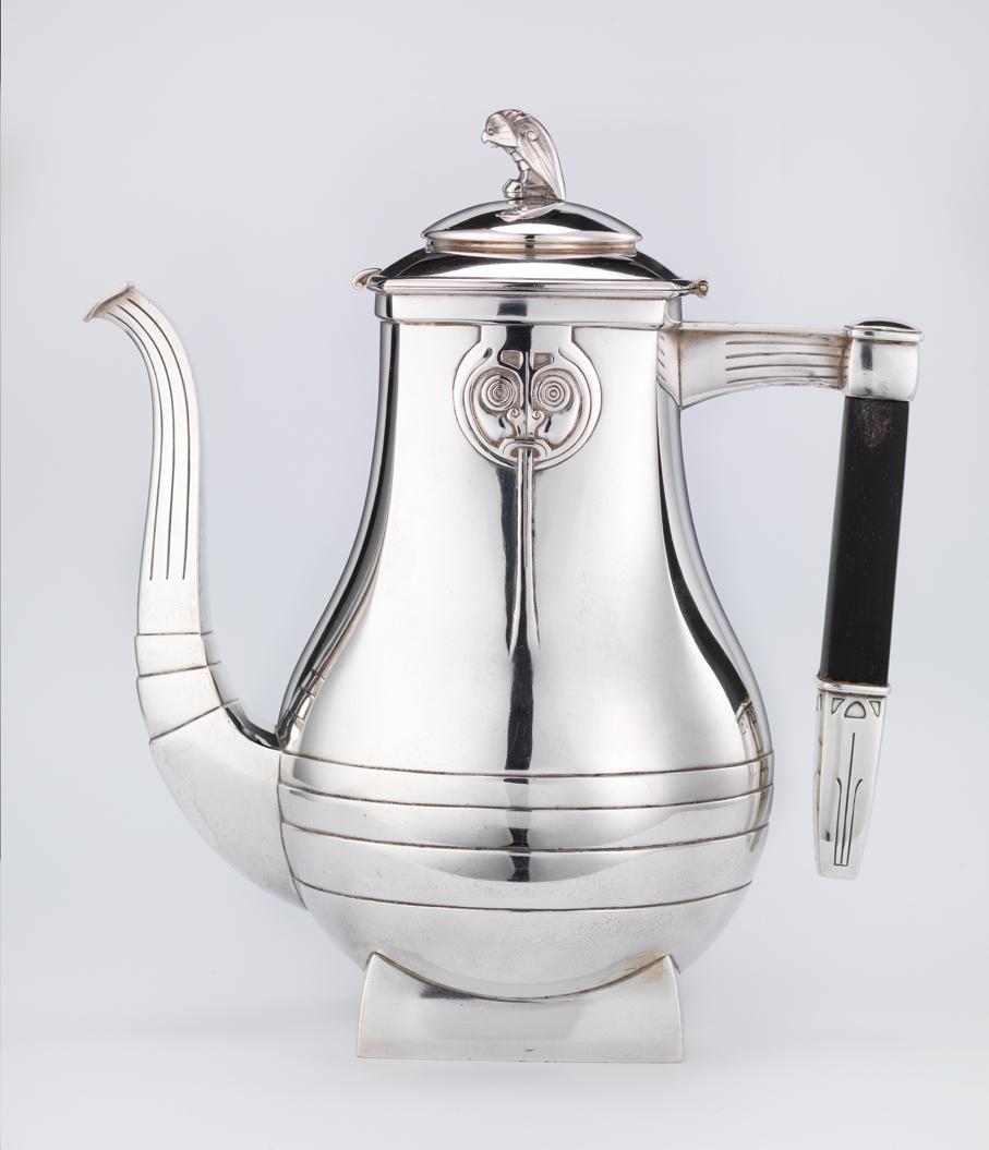 Henrik Bull. Kaffekanne. Sølv. Utført ved Hans Hohle. 1905. (Foto: Nasjonalmuseet)