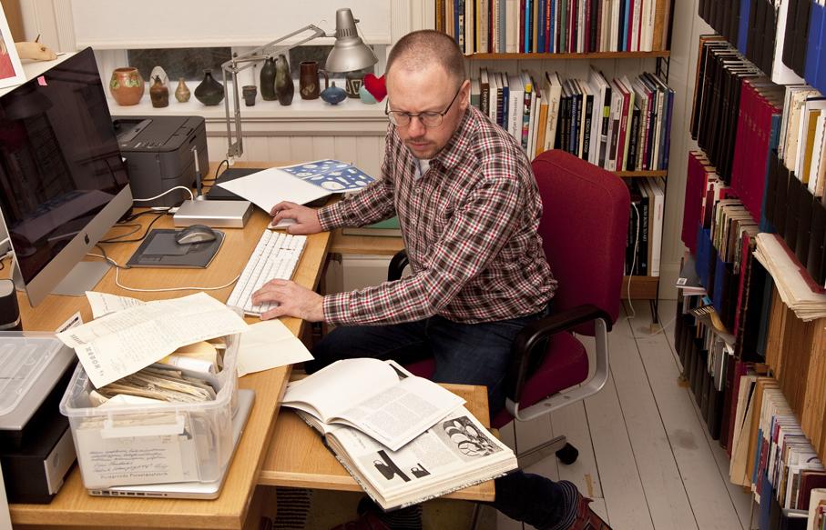 Undertegnet sitter mesteparten av den våkne tiden på kontoret og skriver og leser om norsk design. Et rimelig asosialt liv.