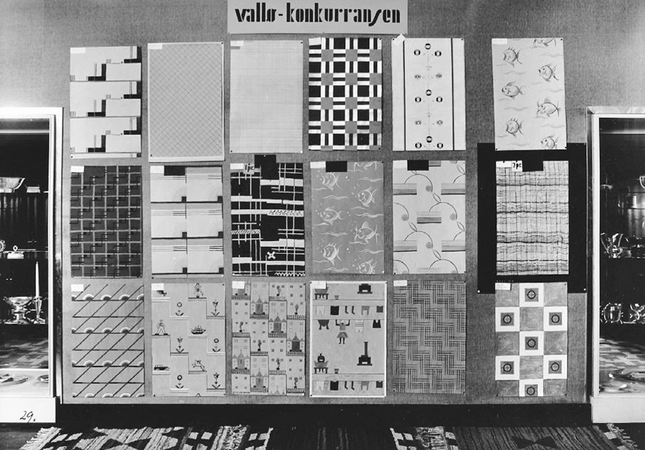 De 18 premierte resultater i Vallø Tapetfabriks konkurranse. 1. premie ble delt mellom Else Poulsson og Kjellaug Hølaas. 1933. Utstilt på Kunstnernes Hus.