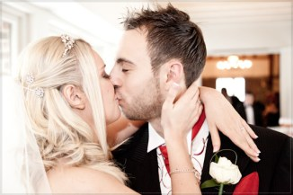 Mat Smith Photography - Nikki and Tom kiss in Tithe Barn, Ye Olde Bell, Hurley