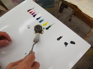 絵の具を混ぜています