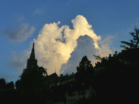 Sonnenaufgang und Wolken beim Berner Münster