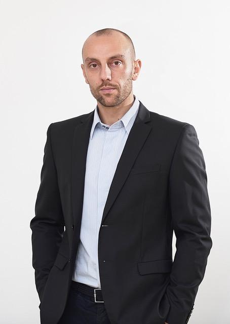 Foto di Matteo Balocco, mezzo busto con camicia e giacca