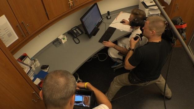 Kameramann Carsten fängt authentische Szenen im Arbeitsalltag ein. Hier ist es die Dienstplanplanung.