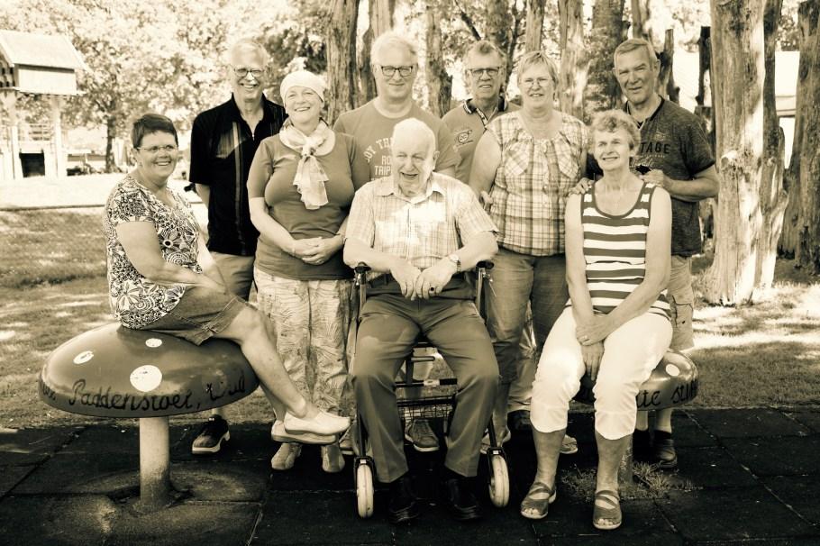 Opa met kinderen - Familie Medendorp fotoshoot De Naturij Drachten Friesland © 2017 Matthijs Jonker Fotografie