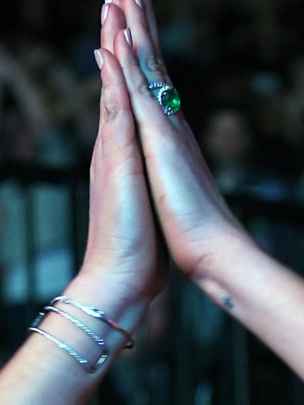 LiLo exibiu ontem o seu anel de Esmeralda no Show de Duran Duran em NY, ontem (12)