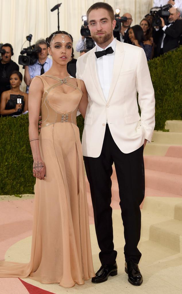 FKA veste Versace e Robert Pattinson veste Dior Homme