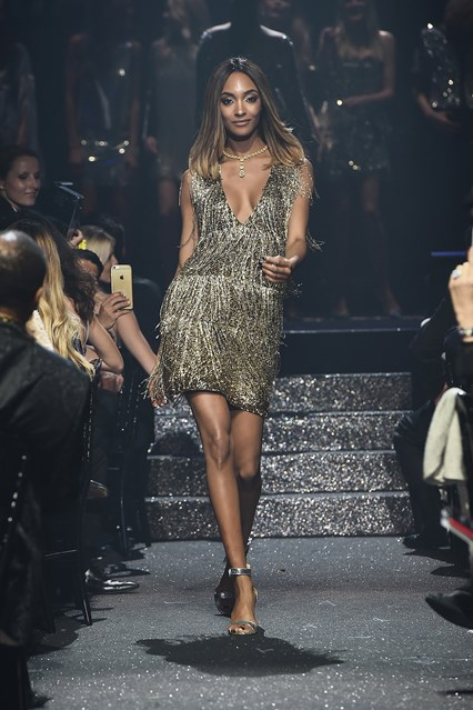 Jourdan Dunn veste Burberry de design exclusivo para o evento