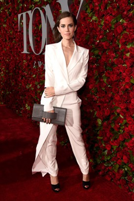 Allison Williams veste terninho DKNY