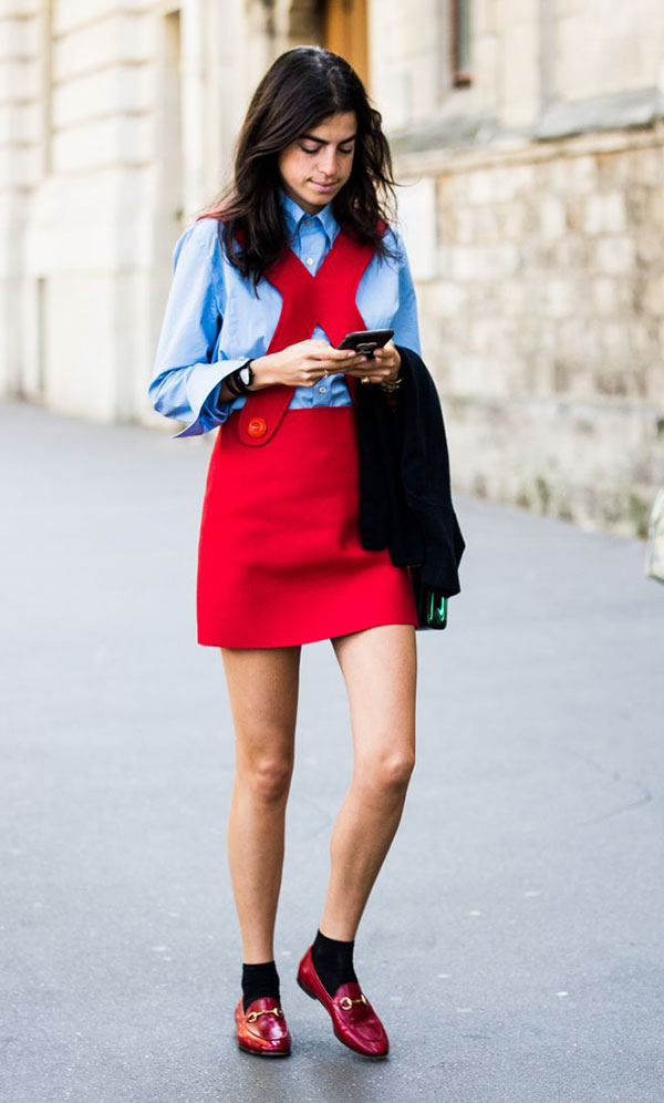 street-style-look-leandra-medine-man-repeller-vestido-vermelho-alca-sapato-masculino-com-meia-camisa-azul