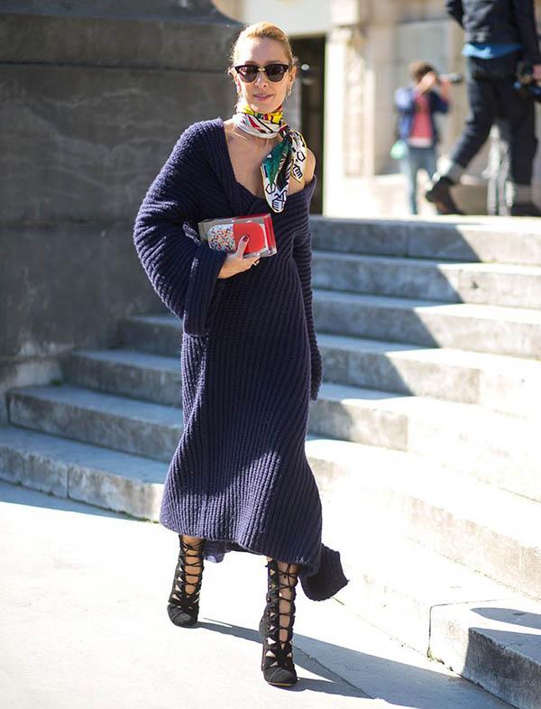 street-style-sweater-dress-e-lenco-amarrado-no-pescoco-com-sandalias-abotinadas-clutch-e-oculos-wayfarer