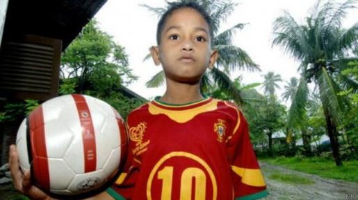 "La increíble historia del ""hijo adoptivo"" de Cristiano Ronaldo que sobrevivió a tsunami de Indonesia"