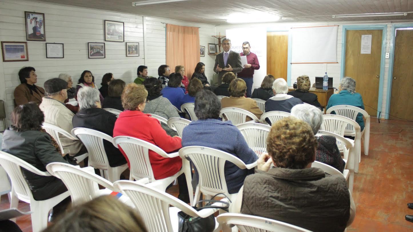 Dirigentes participan de charla sobre el buen trato al adulto mayor