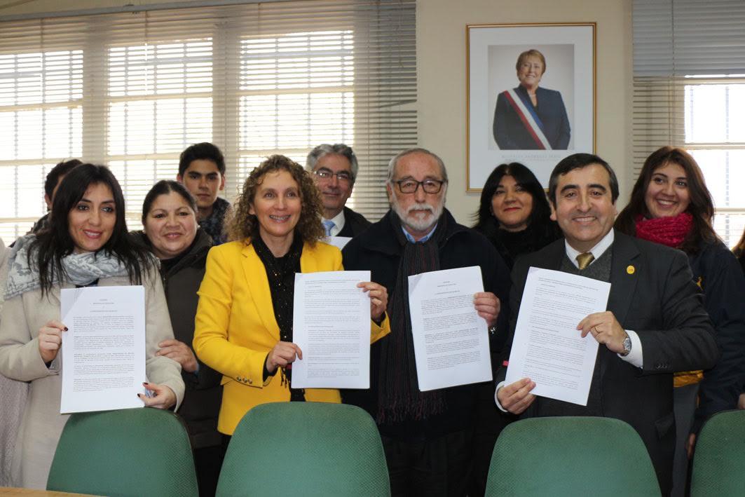 Mineduc y municipio de Molina firman acuerdo para reconstruir emblemático liceo por casi $4.500 millones