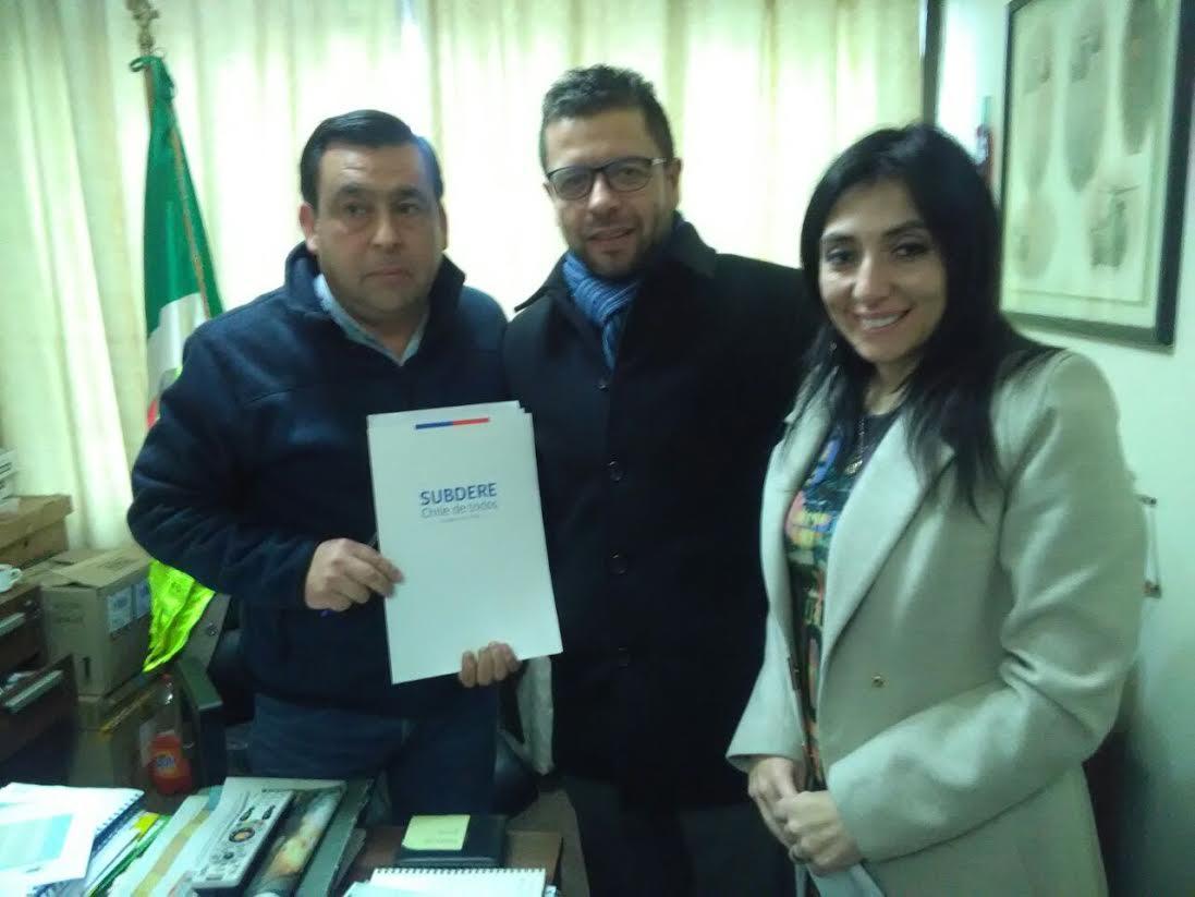 Gobernadora y Subdere regional entregan a alcalde resolución que aprueba veredas para Sagrada Familia