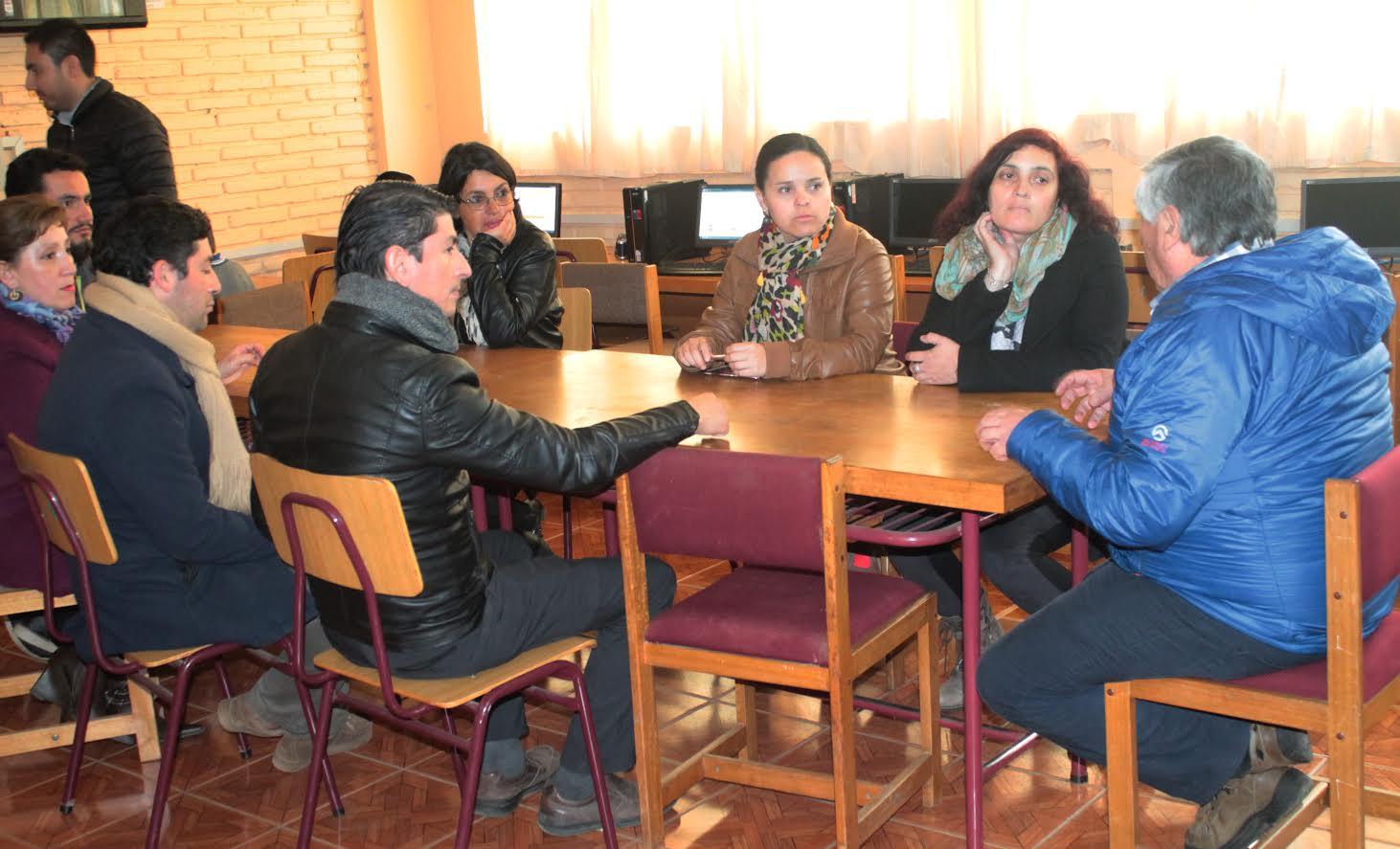 Profesores de la escuela Octavio Palma de Sauzal se reúnen con alcalde de Cauquenes
