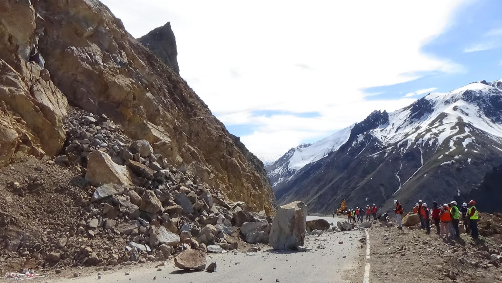 Con explosivos despejan rocas en Ruta Paso Internacional Pehuenche
