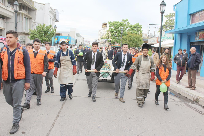 Alumnos del Liceo Industrial de Talca realizaron exitoso desfile de carros alegóricos en su aniversario