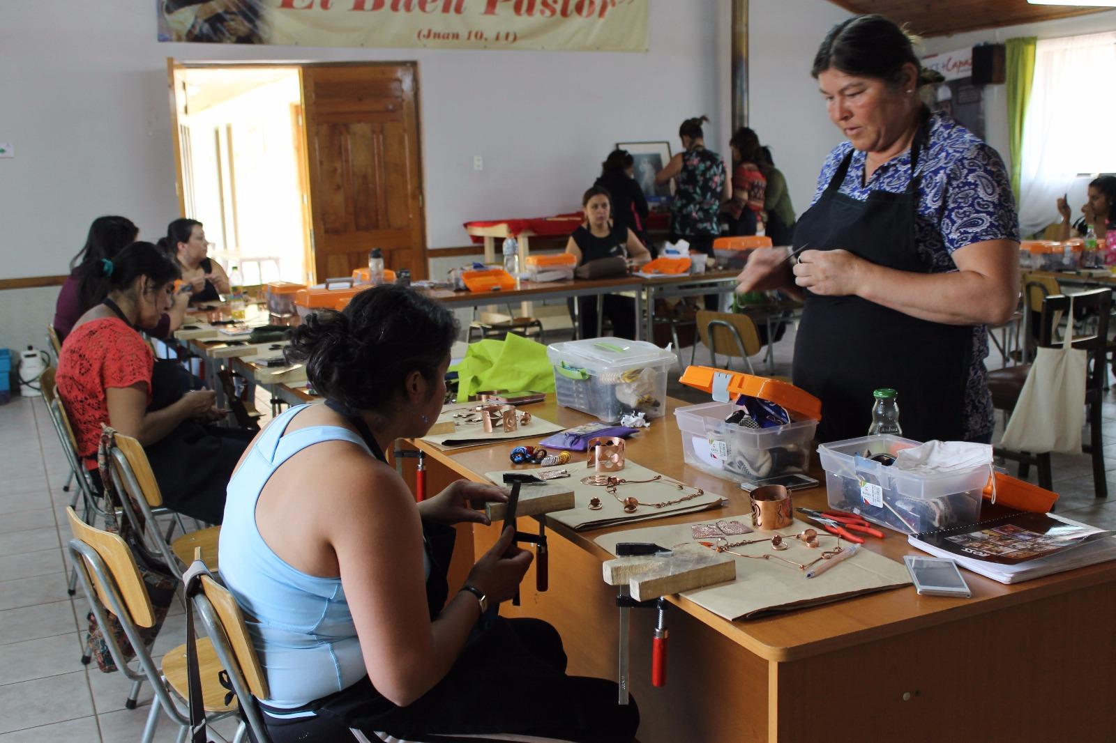 Mujeres de Pencahue aprenden el oficio de orfebrería gracias a +Capaz