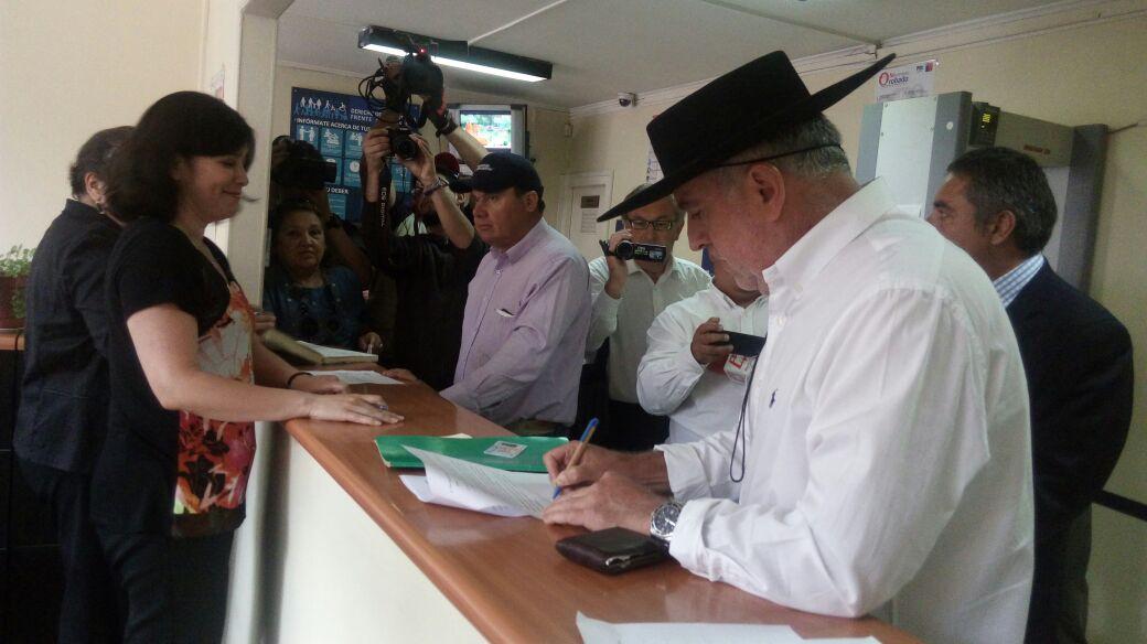 Alcalde de Longaví interpuso querella por falsificación de documento público y ejercicio ilegal de la profesión