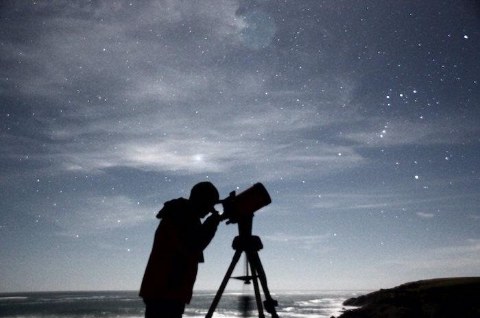 Maulinos agotaron cupos para observación astronómica nocturna en Jardín Botánico UTalca