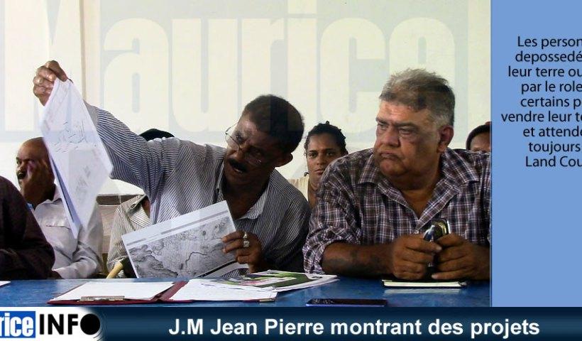 J.M Jean Pierre montrant des projets
