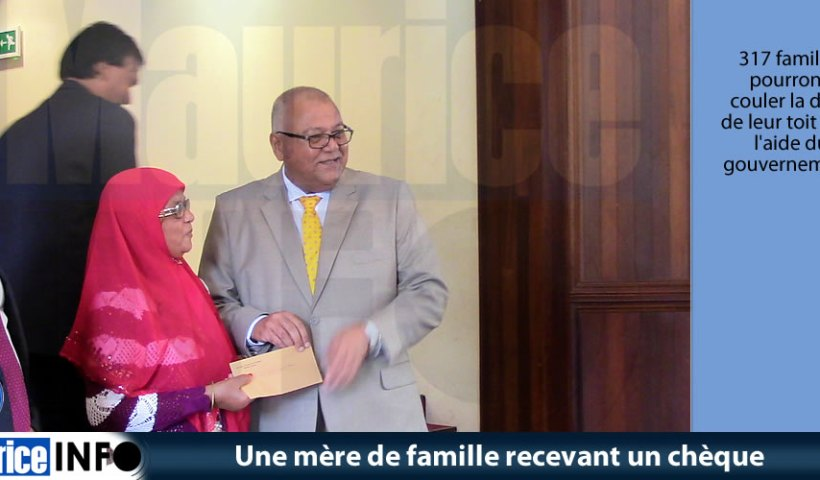 Une mère de famille recevant un chèque