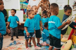 Les enfants qui jouent dans le nouvel espace aménagé.