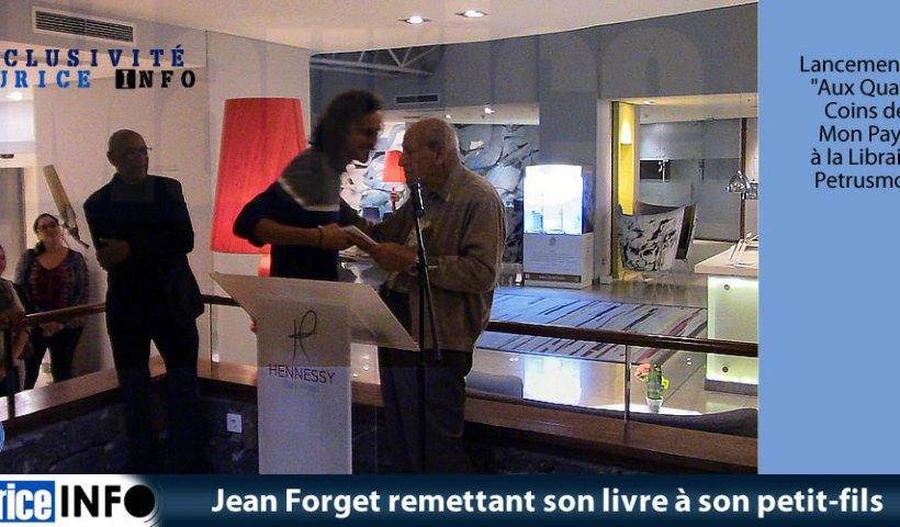 Jean Forget remettant son livre à son petit-fils