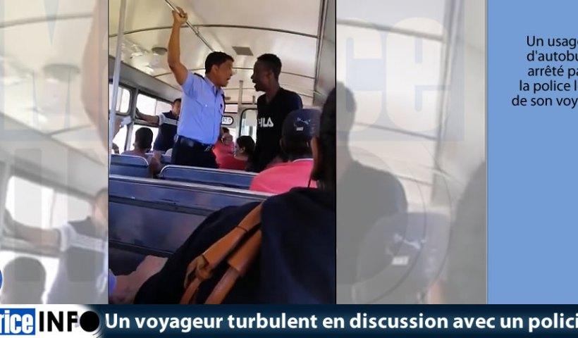 Un voyageur turbulent en discussion avec un policier