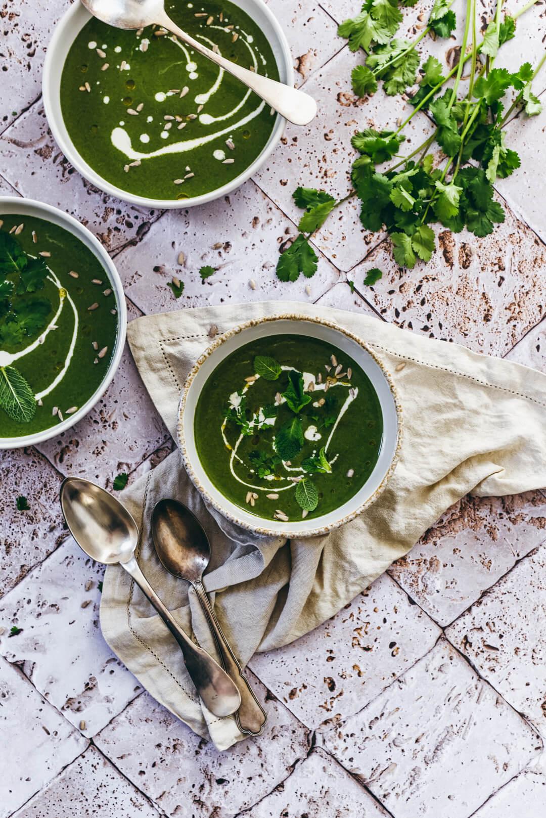 Soupe d'épinards et herbes fraîches
