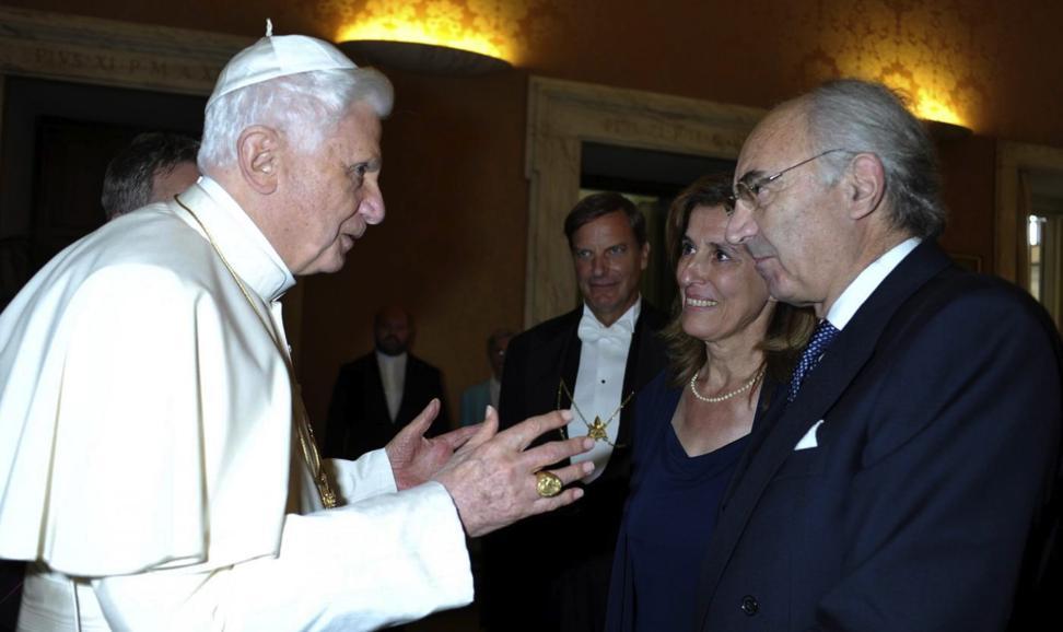 Benedetto XVI  è costretto a mentire. Da chi?
